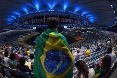 Cerimônia de abertura da Olimpíada - 5/8/2016 Enrolado em bandeira do Brasil, torcedor aguarda o início da cerimôniaimagem: CHRISTOPHE SIMON/AFP