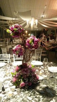 Galeria Floral/ Centro de Mesa con Ramas Y Esferas de flores/ Boda de Noche