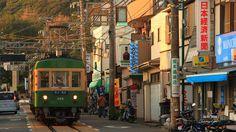 鎌倉腰越 腰越商店街を走る江ノ電