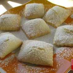 Sweet Valentine's Ravioli: Italian Dessert for Your Honey Italian desserts are among the most prized of all! This Sweet Ravioli with Ricotta cheese recipe is easy, quick and a sure success.Who doesn't love ricotta cheese? Plus, this is a super recipe fo Köstliche Desserts, Delicious Desserts, Dessert Recipes, Ricotta Cheese Recipes, Ricotta Cheese Cookies, Funnel Cakes, Italian Pastries, Italian Cookies, Brownie