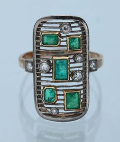 Love the geometric pattern and overall simplicity of this ring! - Art Deco Gold, Emerald & Diamond Ring - European, ca Antique Rings, Vintage Rings, Antique Jewelry, Vintage Jewelry, Art Deco Ring, Art Deco Jewelry, Fine Jewelry, Belle Epoque, Piel Natural