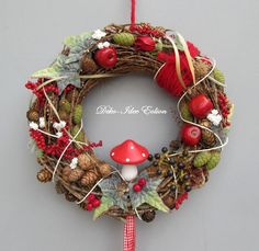 Natural wreath with many cones and a pretty wooden toadstool. Summer Christmas, Noel Christmas, Christmas Wreaths, Christmas Ornaments, Christmas Ideas, Christmas Flower Decorations, Harvest Decorations, Hedgehog Craft, Christmas Front Doors