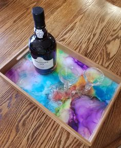 This tray is abstract alcohol ink painted finished with resin. Alcohol and glasses not included :) Diy Resin Art, Diy Resin Crafts, Diy Arts And Crafts, Diy Crafts To Sell, Diy Crafts For Kids, Alcohol Ink Painting, Alcohol Ink Art, Resin Furniture, Serving Tray Wood