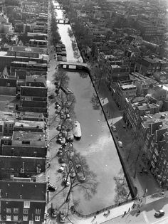1952. Aerial view of the Prinsengracht in Amsterdam. Photo taken from the top of the Westertoren. Photo collection AHF Amsterdam / Ben van Meerendonk. #amsterdam #1952 #westertoren #prinsengracht