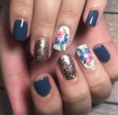 Lovely Gold Nail Art Designs Ideas 09 - Nail art is a beautiful art that is a popular fashion trend in the recent times. Nailpolishing, manicuring, pedicuring, and nail-decorations are all i. Gold Nail Art, Gold Glitter Nails, Blue Nails, Sparkle Nails, White Glitter, White Nails, Floral Nail Art, Flower Nail Designs, Nail Art Designs