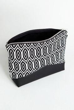 Kulturbeutel mit grafischem Schwarz Weiß Muster/ convenient makeup bag with prints in black and white made by Tahti via DaWanda.com