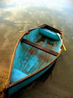 Nothing quite like a turquoise colored row boat. Shades Of Turquoise, Shades Of Blue, Turquoise Color, Color Blue, Foto Picture, Blue Boat, Blue Canoe, Old Boats, Am Meer