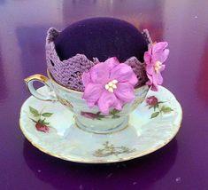 Schöne Mocca Tasse  Originell als Nadelkissen-Tasse gestaltet. Nadelkissen mit Füllwatte und Stoff geformt Tasse ist auf den Unterteller fixiert. Mocca, Tea Cups, Tableware, Pin Cushions, Presents, Dinnerware, Tablewares, Place Settings, Tea Cup