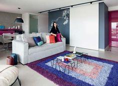 """Um tapete colorido dá um """"up"""" na decoração neutra. (foto: Maíra Acayaba/Casa e Jardim)"""