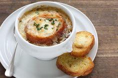 Recette de soupe à l'oignon gratinée au Thermomix (TM5 et TM31). L'authentique gratinée à l'oignon expliquée pas à pas. Facile, rapide et inratable !