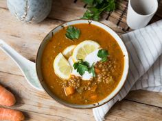 Vegane Linsen-Quinoa-Suppe mit Curry