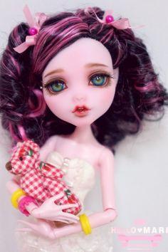 #OOAK #MonsterHigh #DollRepaint #HelloMariRepaint 매우 로리로리한 헤어스타일의 드라큐라우라 아가씨입니당. 롯트를 산 보람이 있네여. 이히힣ㅎㅎㅎㅎ 다채...