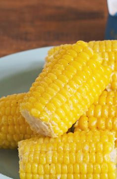 Close up photo of a glistening ear of corn sitting on other ears on a blue plate Frozen Corn On The Cob Recipe, Corn On Cob Microwave, Crockpot Beef And Broccoli, Cheese Dip Mexican, Cob Loaf, Honey Garlic Chicken, Teriyaki Chicken, Bbq Chicken, Boiled Corn
