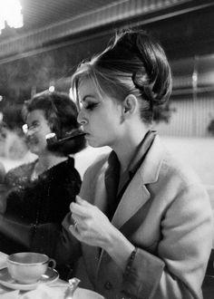 Las mujeres hermosas también fuman!!!