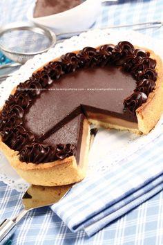 GANACHE CIOCCOLATO E LIQUIRIZIA. La ganache è una crema ottenuta mescolando la panna calda con il cioccolato spezzettato.#ganache #cioccolato #liquirizia #torta #dolci