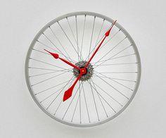 une roue de vélo recyclée en horloge