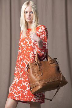 Vestido estampado en tono naranja.  Bolso de mano color miel.  Caramelo: Moda primavera-verano 2012