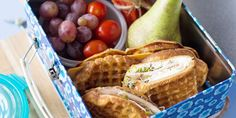 GROVE VAFLER: Lag en matpakke med grove vafler, grønnsaker og frukt. Vaflene vil…