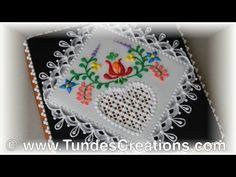 El artista de pan de jengibre: Galleta cuadrado con flores del arte popular húngaro