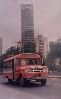 Bus en el centro de Bogotá. Old School Bus, School Bus Conversion, Going On A Trip, Classic Motors, Dodge Trucks, Bus Driver, Bus Stop, Motor Car, Volkswagen