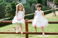 Toques en fluor rosa y verde , vestido en blanco optico. www.marcasanovas.com