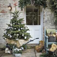 21 beautiful Christmas home decorating ideas (you'll want to copy) Cottage Christmas, Christmas Porch, Magical Christmas, Noel Christmas, Outdoor Christmas Decorations, Country Christmas, Beautiful Christmas, All Things Christmas, Holiday Decor