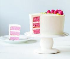 Cecilia Fahlström har netop udgivet bogen Copenhagen Cakes med 50 kager og søde køkkenkreationer. Vi har fået fingre i opskriften på denne smagslækre lagkage med hindbær og pistacie!