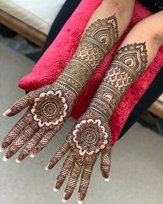 These stuning simple mehndi designs will suits you on every occassion. In Indian culture, mehndi is very important. On every auspicious occasion, women apply mehndi to show the importance of the occasion. Henna Hand Designs, Mehndi Designs Finger, Wedding Henna Designs, Indian Henna Designs, Engagement Mehndi Designs, Latest Bridal Mehndi Designs, Full Hand Mehndi Designs, Mehndi Designs Book, Mehndi Designs For Girls