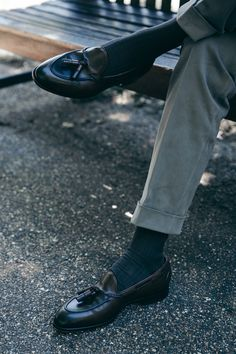 Chinos, loafers and a sports jacket (or sweater) Sock Shoes, Men's Shoes, Dress Shoes, Shoes Men, Men Dress, Chinos Men Outfit, Grey Chinos, Fashion Shoes, Mens Fashion