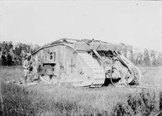 1918 - Tank allemand (en fait c'est un tank Mark IV anglais capturé dans un premier temps par les Allemands et réutilisé pour leur usage et maintenant abandonné sur le champs de bataille) : photographie de presse / Agence Rol