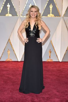 Oscars 2017 Faves: Kate McKinnon in spot-on and simple Narciso Rodriguez.