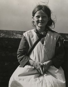 "howtoseewithoutacamera: "" by Dorothea Lange Girl, Western Ireland, [x] "" Beau portrait du jeune irlandaise - 1954 Old Pictures, Old Photos, Time Pictures, Vintage Photographs, Vintage Photos, Dorothea Lange Photography, Portraits Victoriens, Irish Girls, Vivian Maier"
