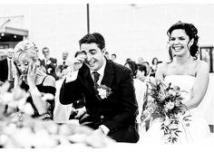 Fotografía de bodas Fotografía en blanco y negro de los novios en el altar, divirtiéndose durante la ceremonia
