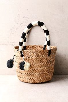 Create a beach-ready OOTD with the KAYU Mini St. Tropez Beige and Black Woven Basket Bag! Straw bag with pompoms and yarn-wrapped handles. Diy Bag Crafts, Straw Tote, Basket Bag, Girls Jewelry, Summer Bags, Tote Handbags, Mini Bag, Bag Making, Beige