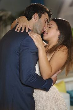 Still of Justin Baldoni and Gina Rodriguez in Jane the Virgin (2014)