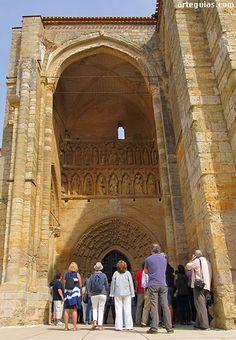 Ante la fachada de la iglesia de Santa María la Blanca de Villalcázar de Sirga