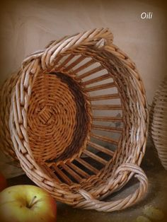 Photo Traditional Baskets, Newspaper Crafts, Wood Stone, Shell Crafts, Basket Weaving, Wicker, Diy Projects, Handmade, Embroidery