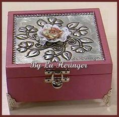 Caixa decorativa com Latonagem tradicional. Decorative box with metal embossing on the lid - Caja decorativa con Repujado ---------- -- LOJA: casadalatonagem.com - FANPAGE: facebook.com/casadalatonagem  - PINTEREST:br.pinterest.com/luheringer  -YOUTUBE: youtube.com/user/LuHeringerArtesanato/videos - BLOG: artesanatoSaprendaafazer.blogspot.com.br -  INSTAGRAM: instagram.com/luheringer2015