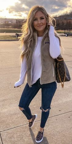 White long-sleeved shirt and beige vest casual comfy outfits, trendy outfits, cute Casual Fall Outfits, Fall Winter Outfits, Short Outfits, Autumn Winter Fashion, Trendy Outfits, Spring Fashion, Winter Clothes, Women's Clothes, Clothes Shops