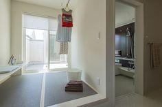 室内干しやアイロン掛けができる家事室で、洗濯を効率的に