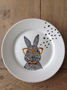 Bunny with glasses -> DIY porseleinstift Sharpie Plates, Sharpie Crafts, Sharpie Art, Sharpies, China Painting, Dot Painting, Ceramic Painting, Ceramic Art, Pottery Painting Designs