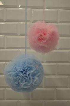 Como hacer pompones de tul DIY Nos encantan los pompones para decorar las bodas, se trata de un modo elegante para poder colgar de los árboles, pérgolas etc.