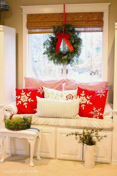 Înfrumusețează-ți fereastra cu o coroniță naturală și o fundă asortată cu această perioadă a anului.