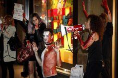 Nel corso dell'appuntamento che anticipa la settimana delle sfilate, il gruppo ha messo in scena una manifestazione per protestare contro i maltrattamenti