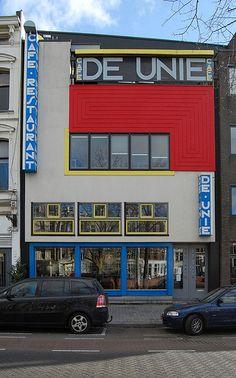 De Stijl: Cafe De Unie, se encuentra ubicado en  Rotterdam y fue diseñado por Jacobus Oud en 1925. Su fachada ha sido muy comparada con las tramas de líneas rectas de Piet Mondrian, sin embargo esta a pesar de poseer los mismos colores presenta planos en relieve, a diferencia de tan famosa  trama de Piet.