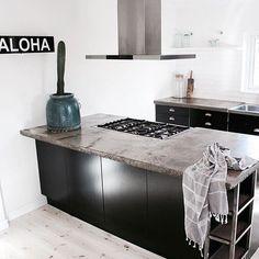 Black Love ❤️ #vårt #kök #kitchen #black #svart @bxxlght #bxxlight #aloha #lampa #ikeakök #diy #betong #bänkskiva #inredning #interiör #lovemyway #webbshop #webshop #styling #emmamårtensson