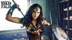 WONDER WOMAN combatte contro un intero esercito nel primo Comic-Con Trailer Prima ancora d'essere Wonder Woman, lei era Diana, principessa delle Amazzoni, cresciuta su un'isola paradisiaca al riparo dal mondo esterno e allenatasi per diventare una guerriera invincibile. L'arrivo di un pilota americano, schiantatosi sulle coste e il suo racconto riguardo al violento conflitto che ...
