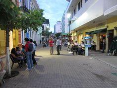Plano general. Calle Juárez, centro.  La hora del café y las conversaciones a pie.