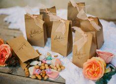 Des petits sacs en kraft avec une jolie écriture et un petit ruban, remplis de bonbons ou autres douceurs