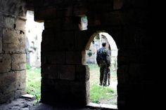 2016-09-10 Un soldado del Ejército sirio en el interior del castillo de Crac des Chevaliers, en la provincia de Homs (Reuters).